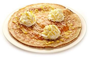 杏果酱和蛋黄酒及新鲜打发的奶油
